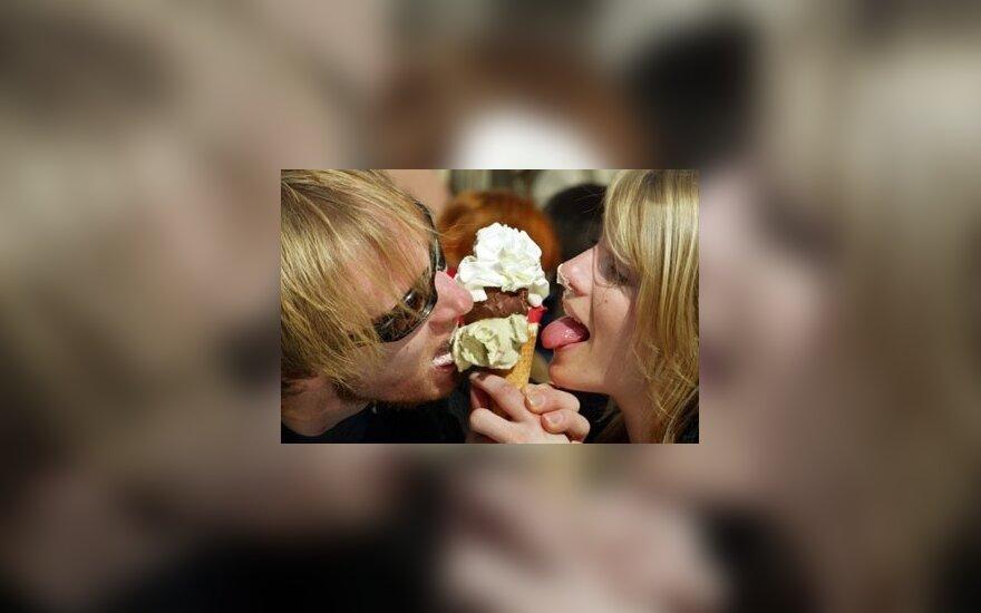 Jauna vokiečių pora mėgaujasi ledais.