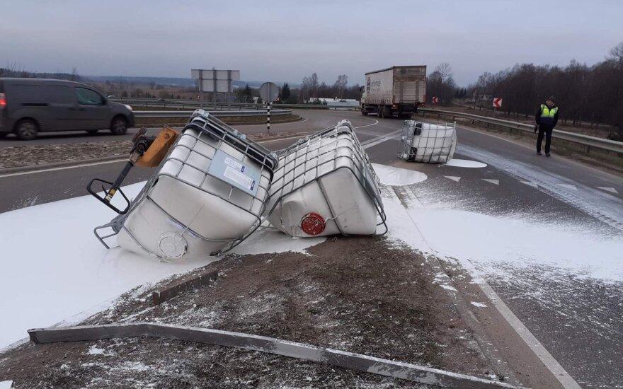 В Вильнюсском районе тягач потерял груз