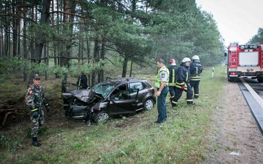 Ужасная авария на дороге Вильнюс-Алитус: автомобиль врезался в дерево, серьёзно пострадали люди
