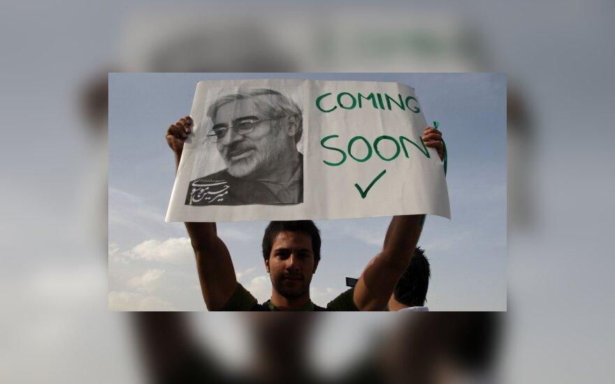 Соперник Ахмадинеджада требует перевыборов