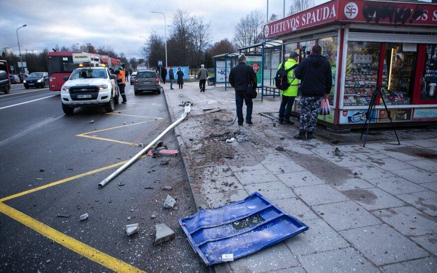 В Вильнюсе сознание потерял водитель автобуса: снесены столбы, разбиты машины, серьезно пострадал человек