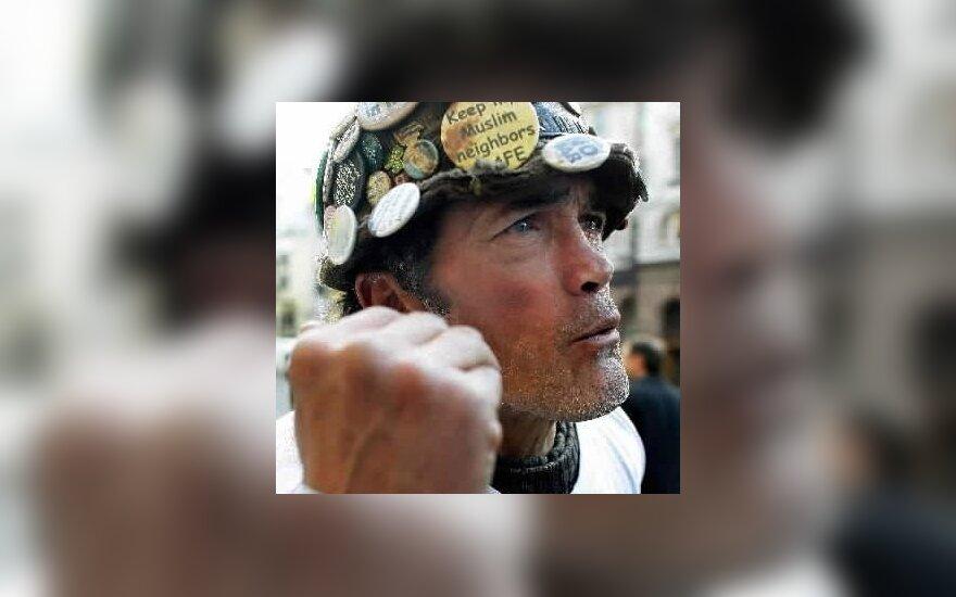Brianas Haw, legendinis britų protestuotojas. Nuo 2001 m. jis gyveno Parlamento aikštėje, protestuodamas prieš karą. Nors jo protestai prasidėjo dar prieš teroro išpuolius JAV, jis tapo protesto prieš JAV ir D.Britanijos karo veiksmus Irake ir Afganistane