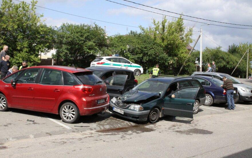 В Вильнюсе Toyota RAV4 повредила автомобили на стоянке у магазина Rimi