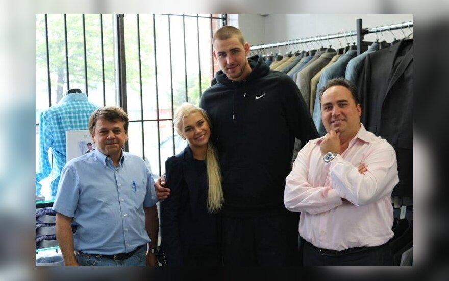 J. Valančiūnas ir A. Ačaitė kostiumų parduotuvėje