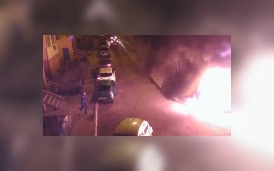Россия: жители сожгли BMW, припаркованный на детской площадке?(ВИДЕО)