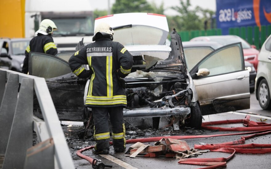 На объездной дороге в Вильнюсе загорелся автомобиль