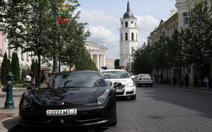 Богач из Беларуси припарковал Ferrari, как дома