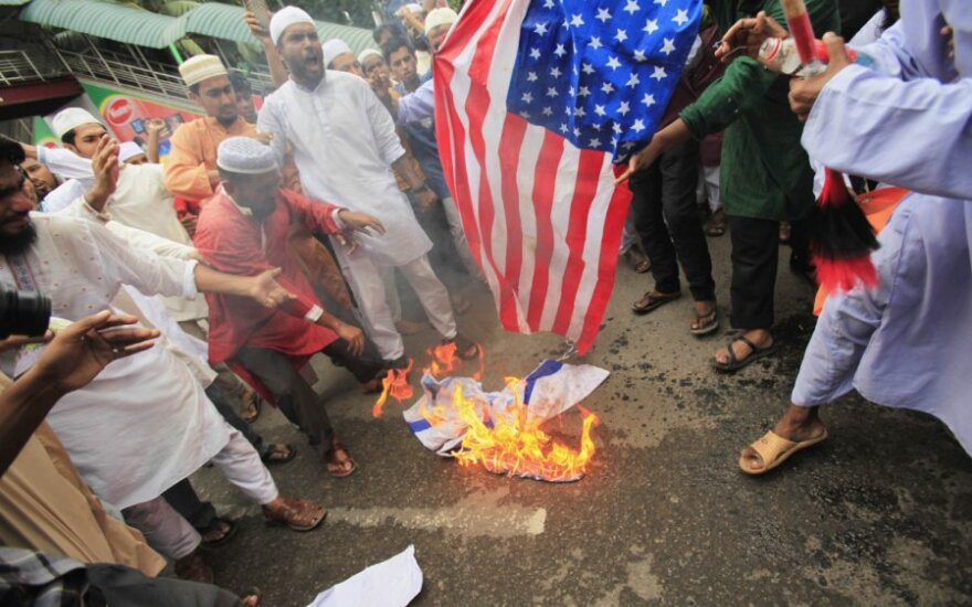 Musulmonai degina JAV vėliavą