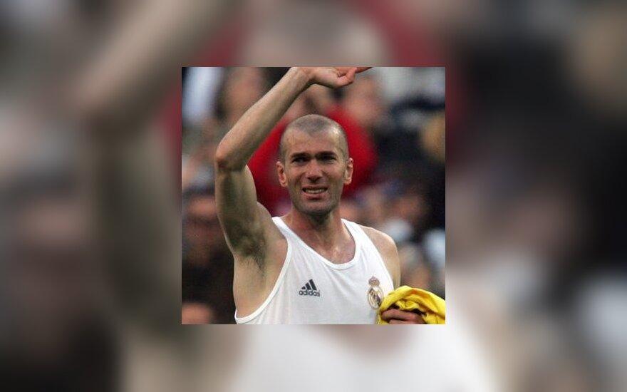"""Zinadine Zidane sužaidė paskutines rungtynes """"Santiago Bernabeu"""" stadione vilkint """"Real"""" aprangą."""