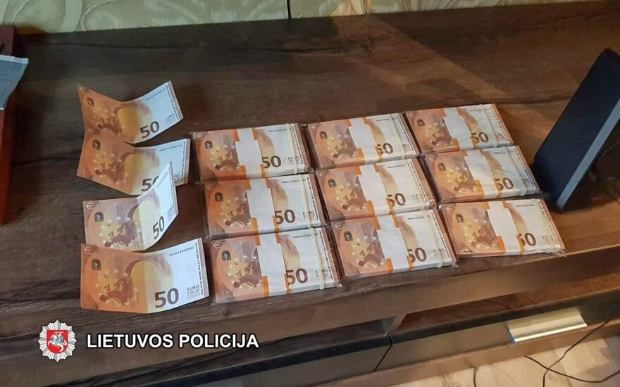 Житель Новой Акмяне прислал себе фальшивые евро и пустил их в оборот