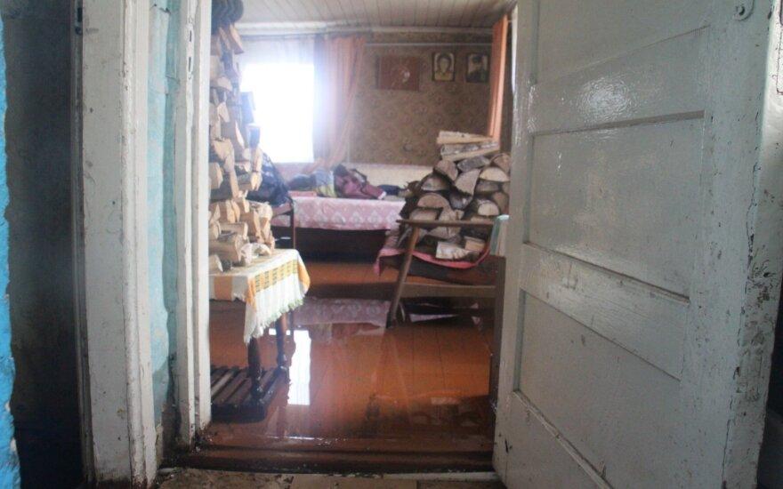 Кретинга борется с наводнением: люди вычерпывают воду из домов ведрами