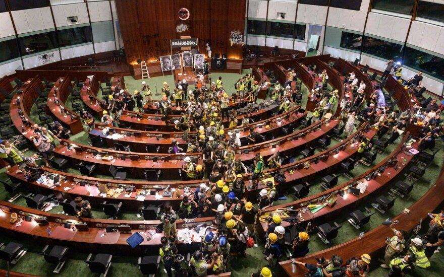 Protestuotojų įsiveržė į vietos parlamentą Honkonge