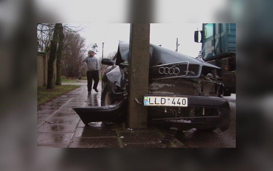 Водитель наклонился за булкой и врезался в фонарный столб