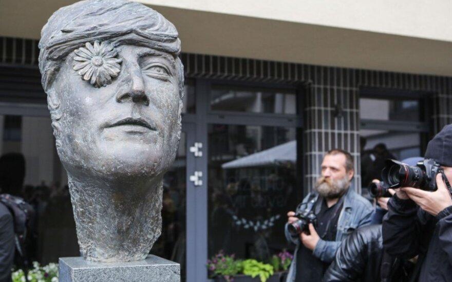 Johno Lennono skulptūros atidengimas