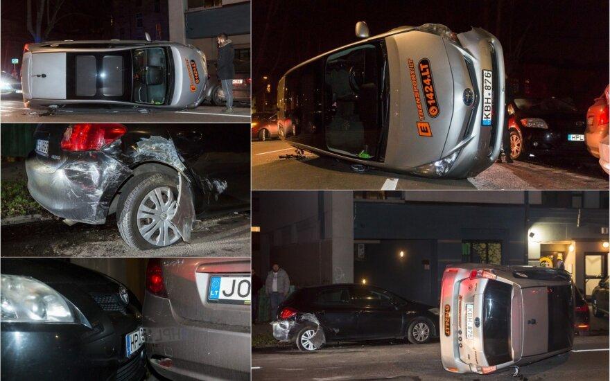 В столице Литвы автомобиль eTransport зацепил припаркованные машины и перевернулся