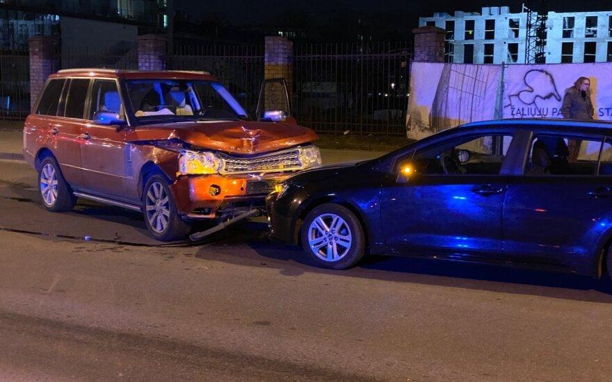 В Вильнюсе водитель Range Rover задела автобус и лоб в лоб врезалась в автомобиль Toyota