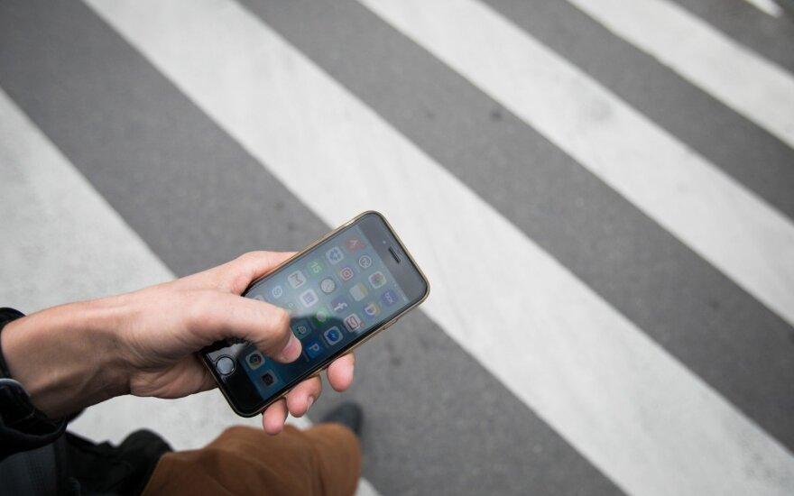 Mobiliaus telefono naudojimas pėsčiųjų perėjoje