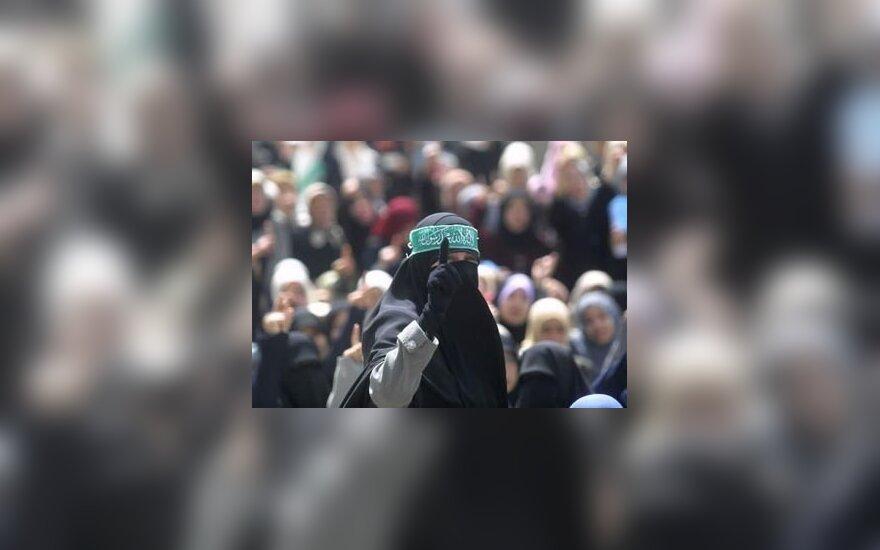 Hamas rėmėja mitinge skanduoja šūkius.