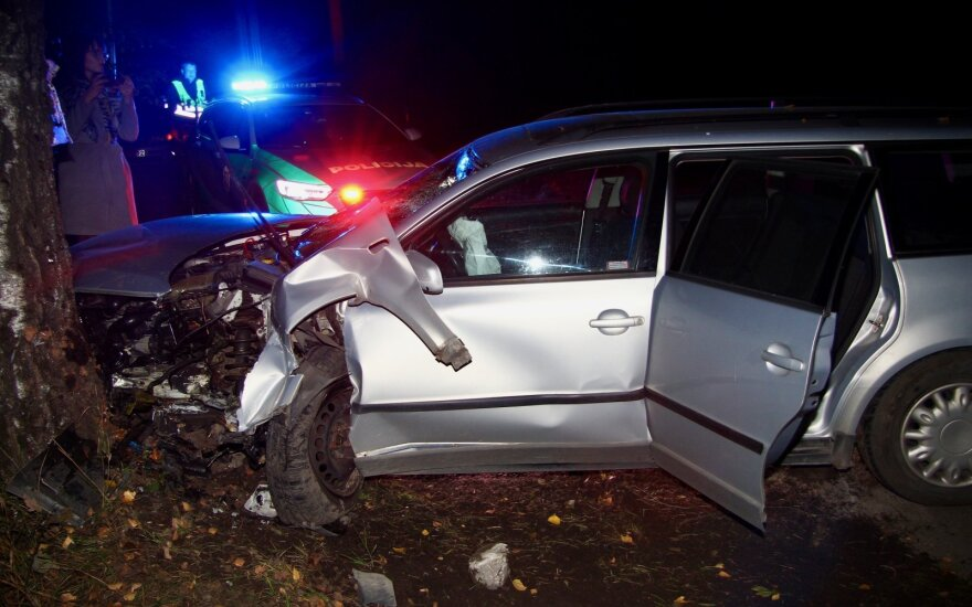 На окраине Вильнюса пьяный водитель повредил три автомобиля и врезался в дерево