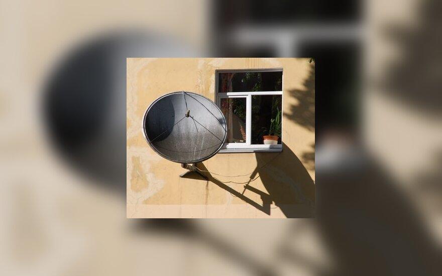 """На женщину бросили """"тарелку"""" спутниковой антенны"""