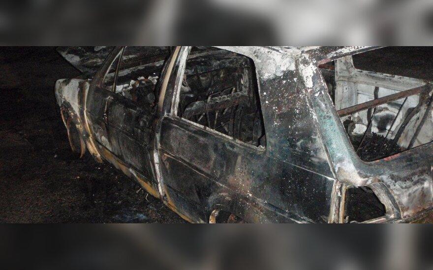 Ночью в Укмерге сожгли угнанный автомобиль