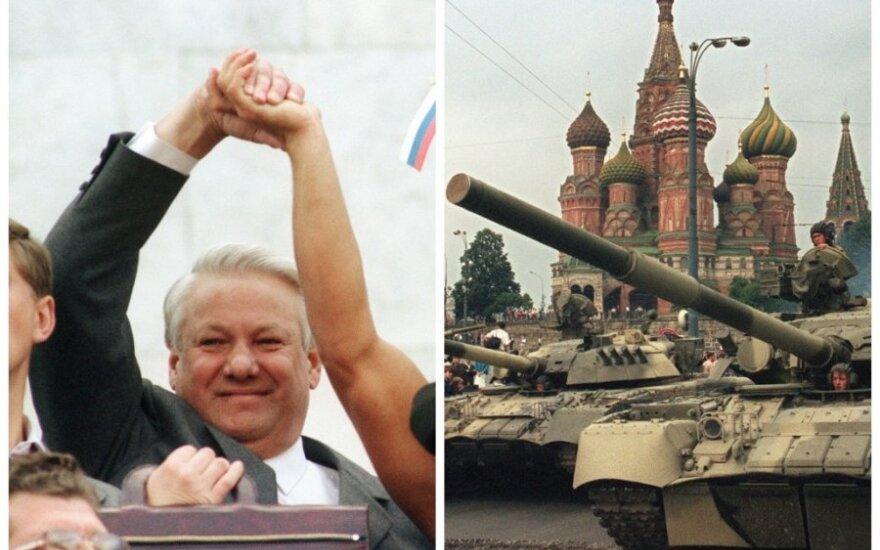 ИСТОРИЯ В ФОТО: 22 годовщина августовского путча — танки в Москве, Ельцин, Горбачев, митинг и костры
