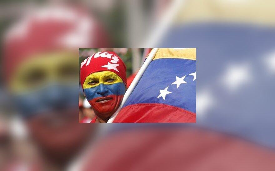 Farabundo Marti išsilaisvinimo fronto (FMLN) rėmėjas, nusipiešęs ant veido Venesuelos vėliavą, dalyvauja 15-ųjų taikos susitarimo metinių minėjime.
