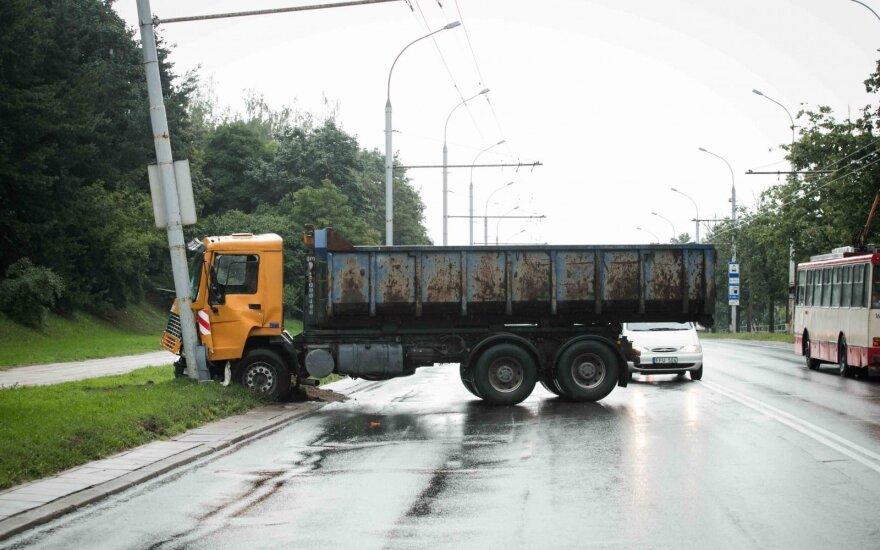 В Вильнюсе грузовик врезался в столб