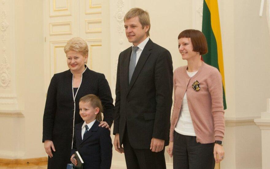 Monika Garbačiauskaitė-Budrienė, Dalia Grybauskaitė ir Remigijus Šimašius apdovanoja Konstitucijos egzamino laureatus