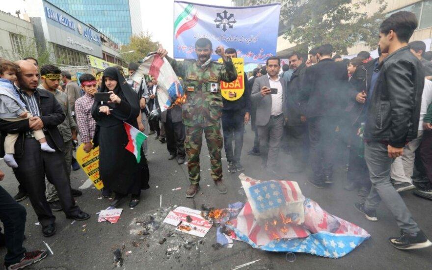 Protestuotojai Irane mini 1979-ųjų JAV ambasados užėmimo ir įkaitų krizės metines