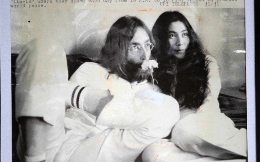 Yoko Ono ir Johnas Lennonas, 1969 m. laikraštyje.