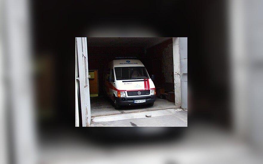 Greta gaisrinės automobilių – ir reanimacijos mikroautobusas.