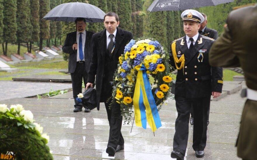 В Вильнюсе прошли церемонии возложения венков у мемориала в Панеряй и на Антакальнисском кладбище