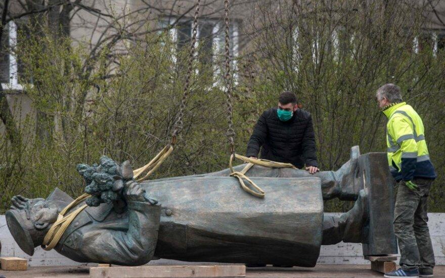 Prahoje demontuotas prieštaringai vertinamas sovietų generolo Konevo paminklas