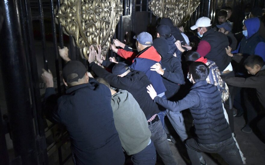В ходе протестов в Бишкеке пострадали 686 человек