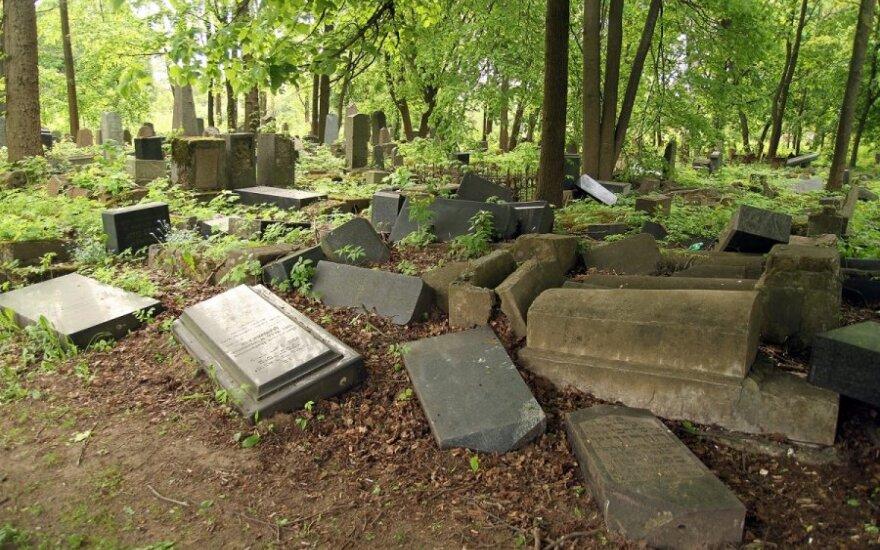 В Рокишкском районе было осквернено кладбище