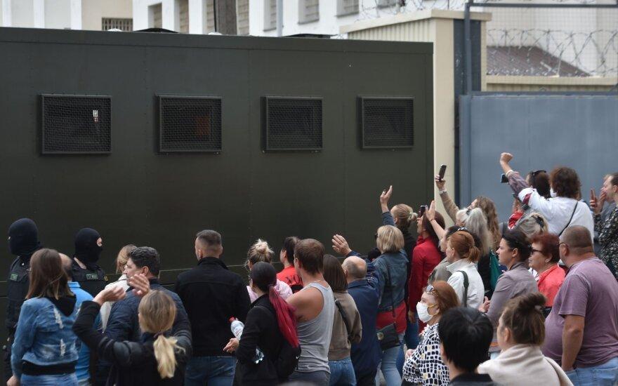 Протесты в Беларуси. День четвертый: женщины с цветами, десантники выбрасывают военную форму