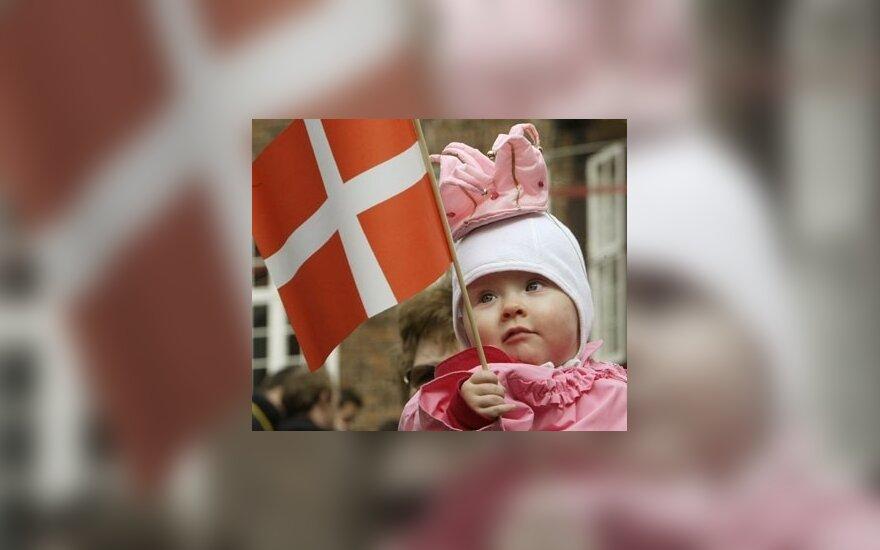 10 mėnesių danė Jozefina, aprengta kaip princesė, laiko rankose Danijos vėliavėlę.