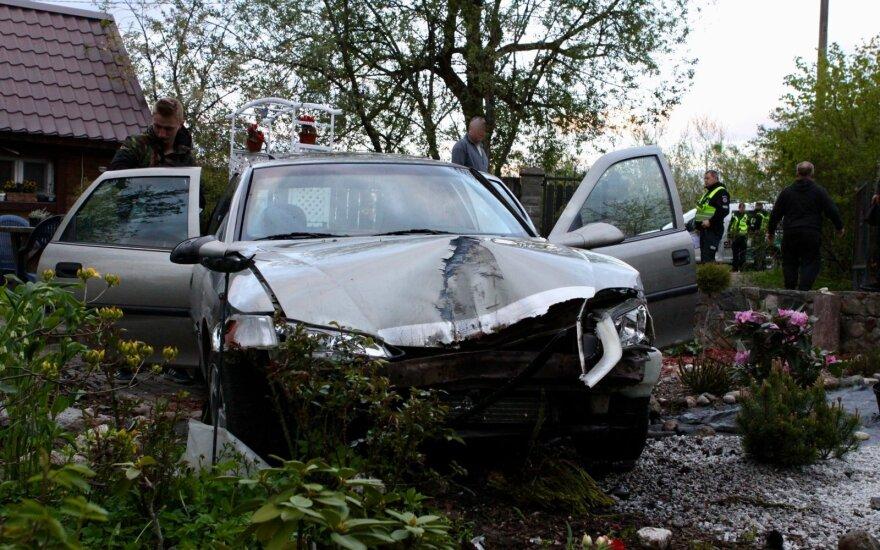 Автомобиль пьяного водителя съехал с дороги, выломал ворота и едва не сбил мужчину