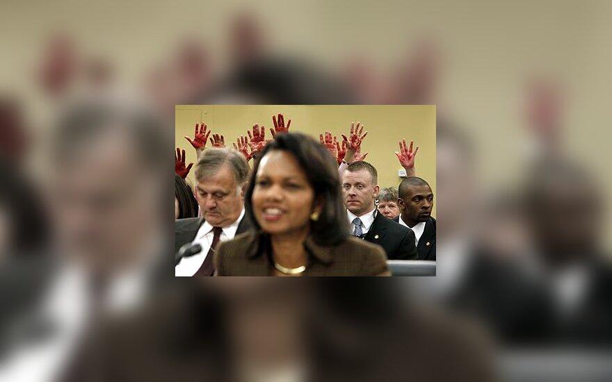 Už C.Rice raudonais dažais rankas išsitepę protestuojai