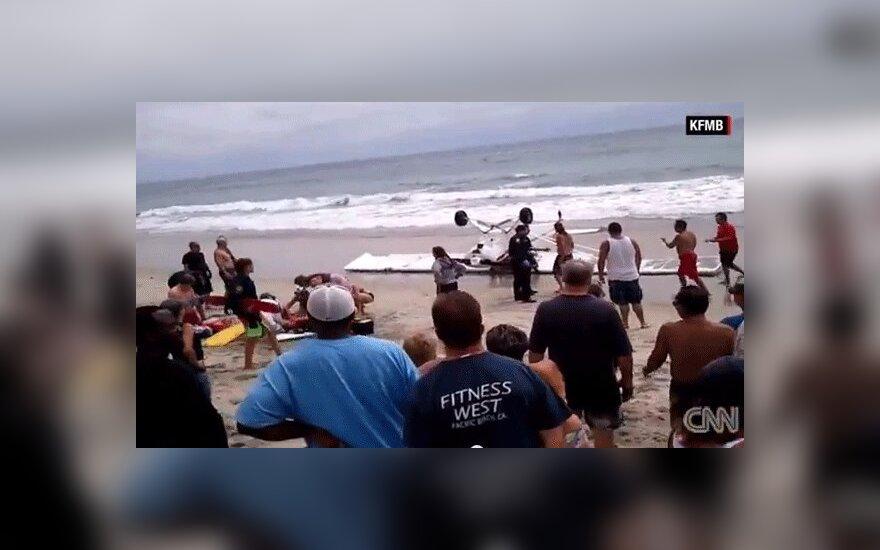 США: в Калифорнии на многолюдном пляже упал самолет