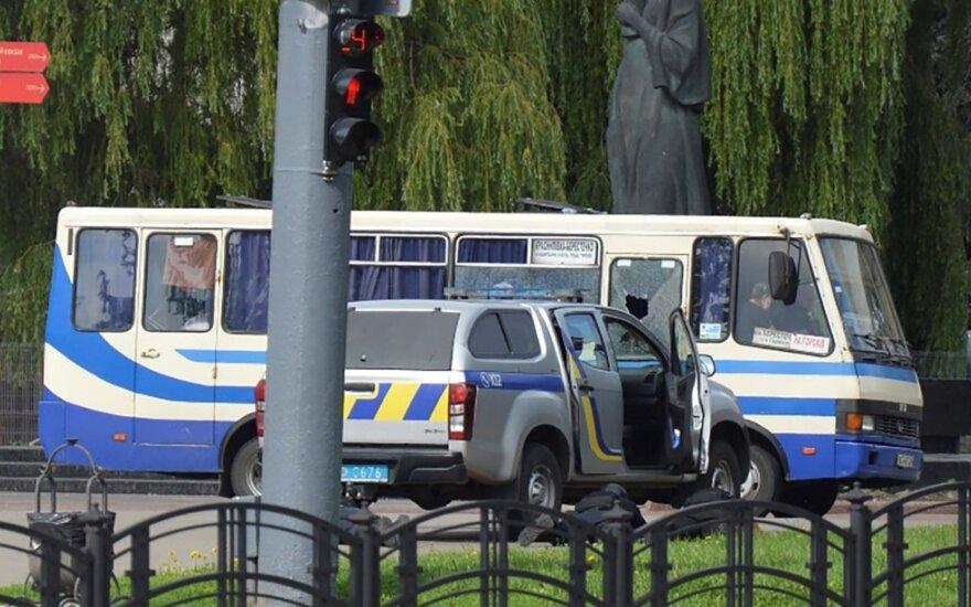 Ukrainoje ginkluotas vyras užsibarikadavo autobuse su 20 keleivių