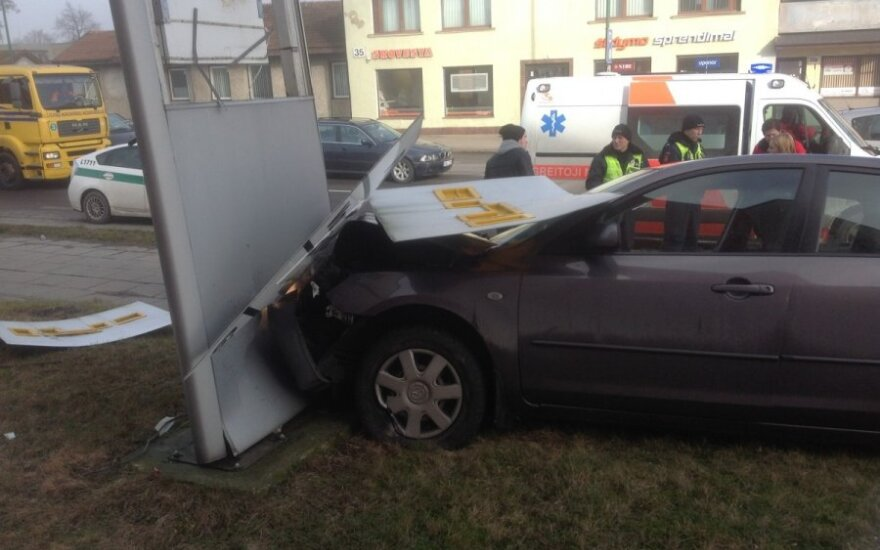 Напуганная водитель снесла рекламный щит