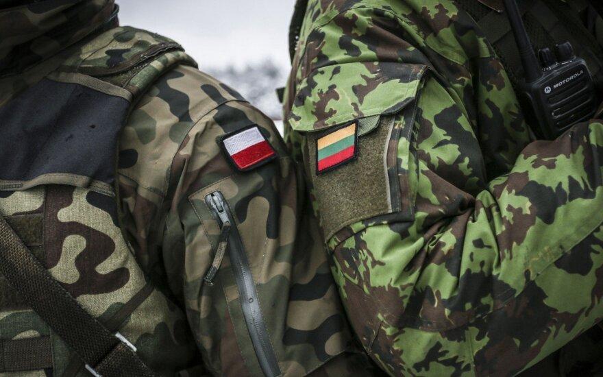 Литовские солдаты промаршируют на параде в Варшаве