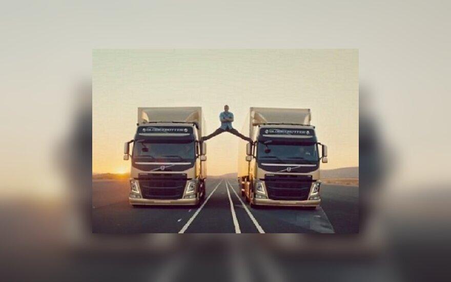 Ван Дамм сделал шпагат на едущих грузовиках Volvo (ВИДЕО)
