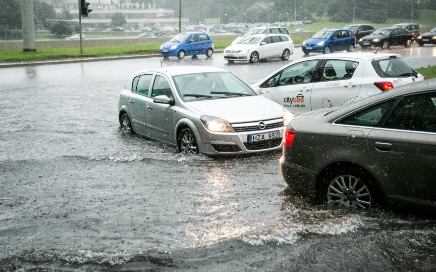 В Вильнюсе после ливня до сих пор затоплены некоторые улицы