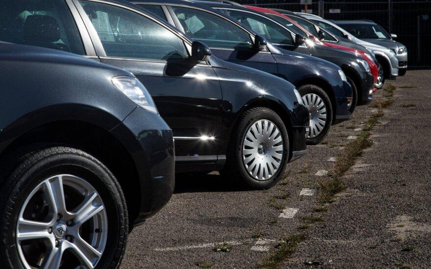 Продажи автомобилей в России снизились на 43%