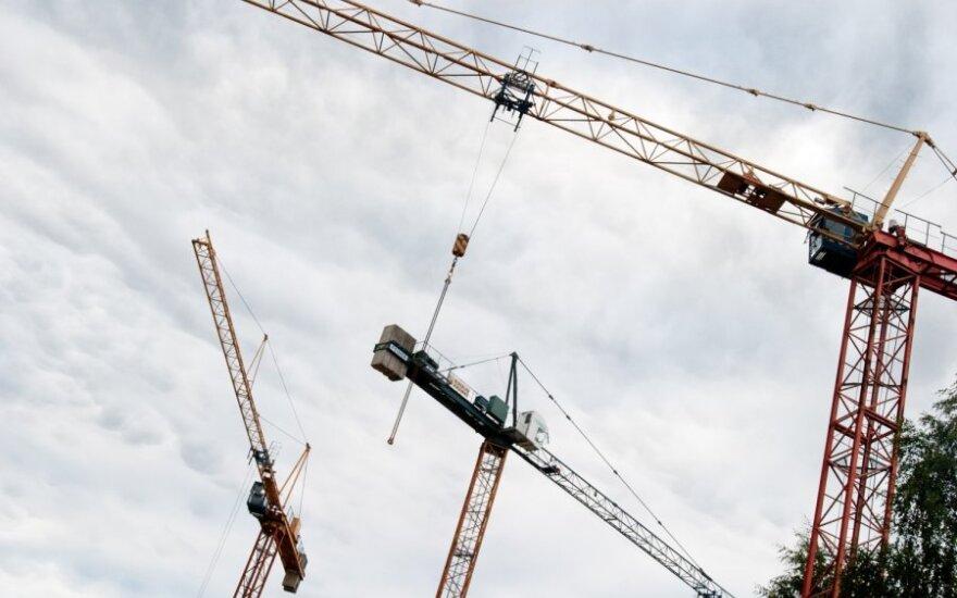 Франция: мужчина четвертый день сидит на вершине подъемного крана