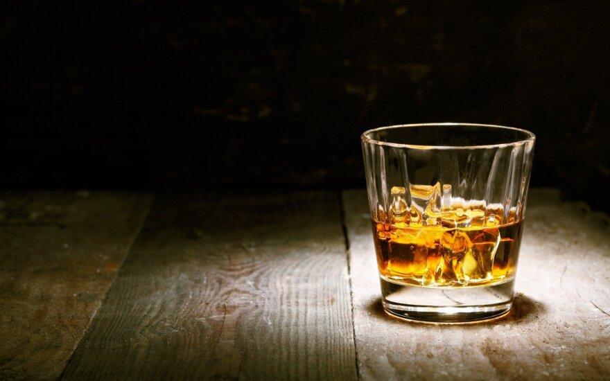 В Литве за время карантина наполовину сократилось число случаев отравления алкоголем
