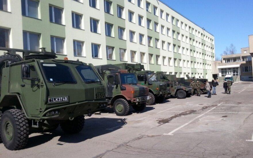Литовцы и эстонцы стягивают в Латвию военную технику
